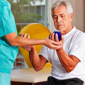 Guía buen trato a las personas mayores. Actividades de la vida diaria. Consejos de nuestra terapeuta ocupacional.